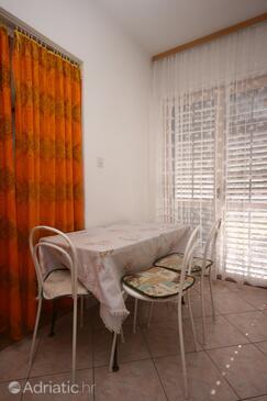 Baška Voda, Jídelna v ubytování typu studio-apartment, WiFi.