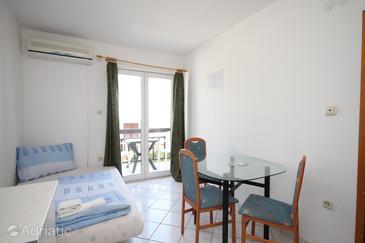 Baška Voda, Dining room in the apartment, dostupna klima.