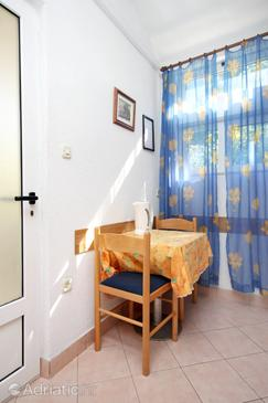Podgora, Dining room in the studio-apartment, air condition available and WiFi.