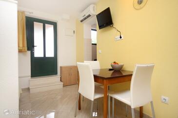 Podgora, Jídelna v ubytování typu studio-apartment, s klimatizací a WiFi.