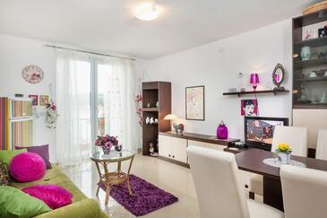 Makarska, Obývací pokoj v ubytování typu apartment, s klimatizací.
