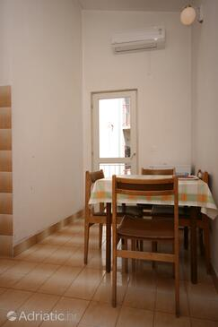 Makarska, Dining room in the apartment, air condition available and WiFi.