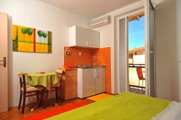 Baška Voda, Kitchen in the studio-apartment, dostupna klima.