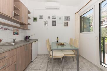Tučepi, Jídelna v ubytování typu studio-apartment, s klimatizací a WiFi.