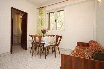 Tučepi, Jedáleň v ubytovacej jednotke apartment, dostupna klima i WIFI.