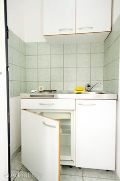 Baška Voda, Kitchen in the studio-apartment, dopusteni kucni ljubimci.