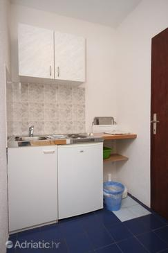 Gradac, Keuken in the studio-apartment, (pet friendly) en WiFi.