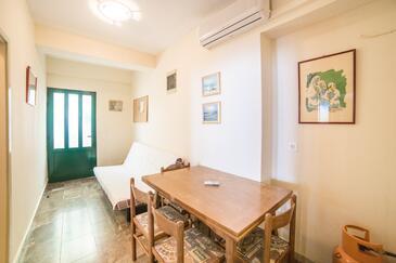 Gradac, Dining room in the apartment, dostupna klima i WIFI.