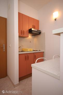 Brela, Kitchen in the studio-apartment, dostupna klima i WIFI.