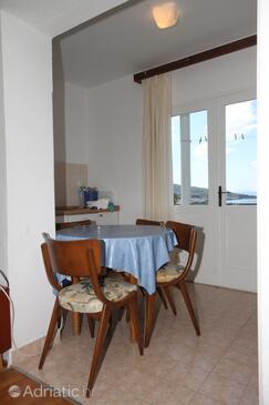 Tučepi, Jídelna v ubytování typu studio-apartment, domácí mazlíčci povoleni a WiFi.