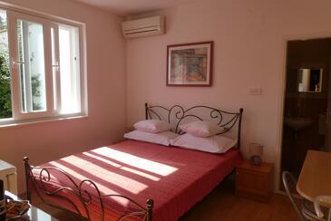 Tučepi, Ložnice v ubytování typu room, s klimatizací, domácí mazlíčci povoleni a WiFi.