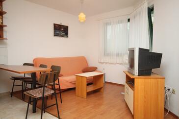 Brela, Salon dans l'hébergement en type studio-apartment, climatisation disponible, animaux acceptés et WiFi.