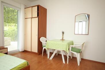 Brela, Salle à manger dans l'hébergement en type studio-apartment, climatisation disponible, animaux acceptés et WiFi.