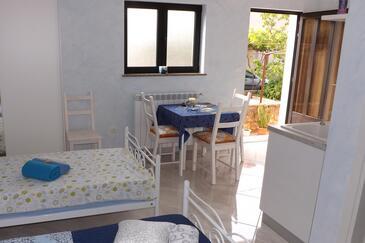 Umag, Salle à manger dans l'hébergement en type studio-apartment, climatisation disponible, animaux acceptés et WiFi.