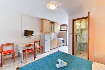 Tkon, Jadalnia w zakwaterowaniu typu studio-apartment, zwierzęta domowe są dozwolone i WiFi.