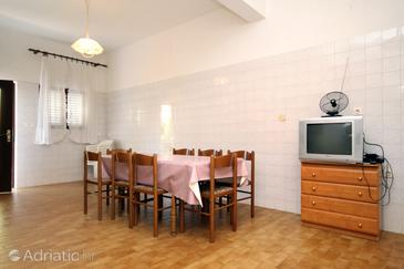 Kraj, Dining room in the apartment, dostupna klima i WIFI.