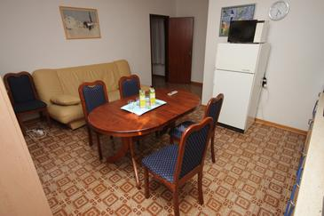 Barići, Comedor in the apartment, air condition available, (pet friendly) y WiFi.