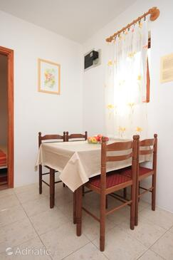 Poreč, Dining room in the apartment, air condition available and WiFi.