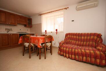 Zambratija, Dining room in the apartment, dostupna klima, dopusteni kucni ljubimci i WIFI.