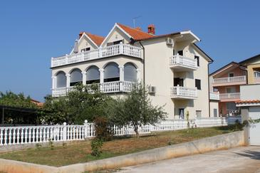 Novigrad, Novigrad, Property 7037 - Apartments with pebble beach.
