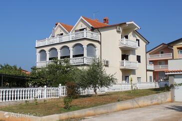 Novigrad, Novigrad, Property 7037 - Apartments with pebble beach.