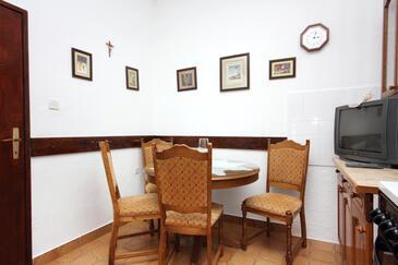 Postira, Jadalnia w zakwaterowaniu typu apartment, dostupna klima.