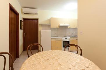 Umag, Dining room in the apartment, dostupna klima i WIFI.