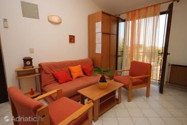 Rožac, Living room in the studio-apartment, dostupna klima i WIFI.