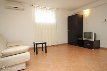Novigrad, Living room in the studio-apartment, dostupna klima i dopusteni kucni ljubimci.
