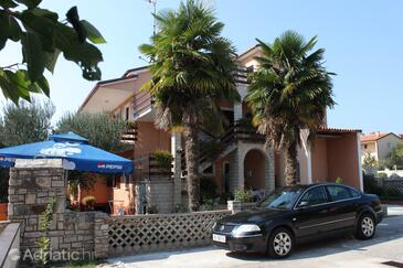 Novigrad, Novigrad, Objekt 7135 - Ubytování s oblázkovou pláží.