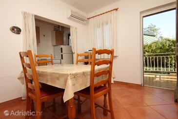 Bašanija, Dining room in the apartment, air condition available and WiFi.