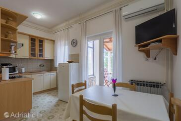 Kukci, Dining room in the apartment, air condition available, (pet friendly) and WiFi.