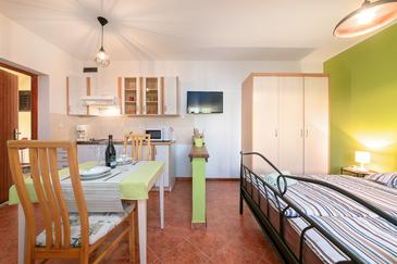 Flengi, Dining room in the studio-apartment, air condition available, (pet friendly) and WiFi.