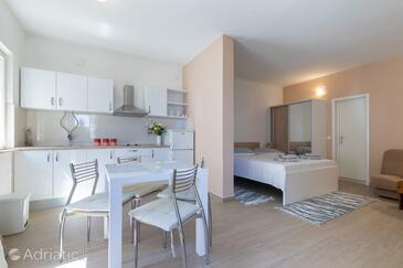 Puntinak, Jídelna v ubytování typu studio-apartment, s klimatizací a WiFi.