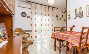 Medulin, Jedáleň v ubytovacej jednotke apartment, dostupna klima i WIFI.