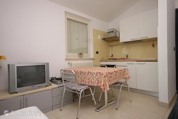 Rabac, Dining room in the studio-apartment, dostupna klima, dopusteni kucni ljubimci i WIFI.
