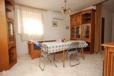 Valbandon, Jídelna v ubytování typu apartment, s klimatizací a WiFi.