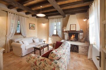 Trget, Obývací pokoj v ubytování typu house, s klimatizací, domácí mazlíčci povoleni a WiFi.