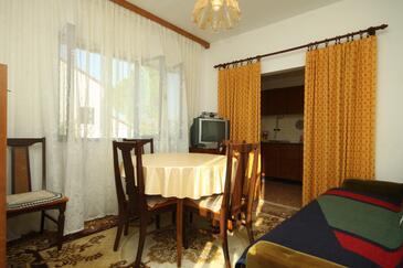 Valbandon, Sufragerie în unitate de cazare tip apartment, WiFi.