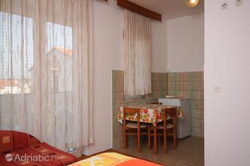 Pješčana Uvala, Dining room in the studio-apartment, WIFI.