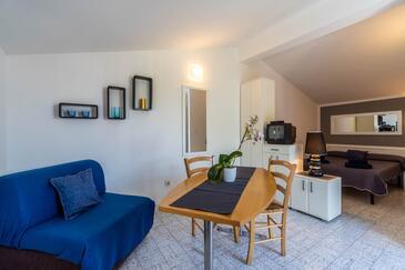 Krnica, Jídelna v ubytování typu studio-apartment, domácí mazlíčci povoleni a WiFi.