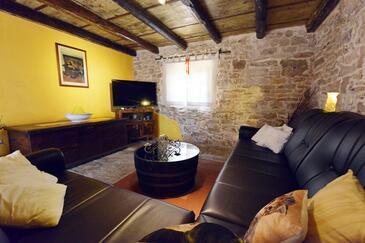 Guran, Obývací pokoj v ubytování typu house.