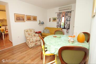 Vinež, Dining room in the apartment, dostupna klima i dopusteni kucni ljubimci.