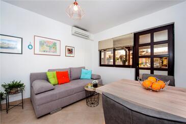 Rovinj, Dnevni boravak u smještaju tipa apartment, dostupna klima i WiFi.