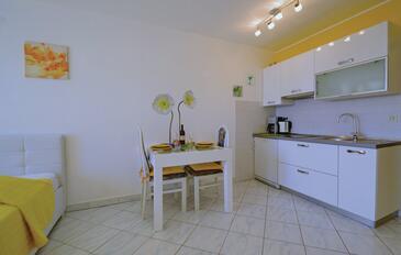 Rabac, Sala da pranzo nell'alloggi del tipo studio-apartment, animali domestici ammessi e WiFi.