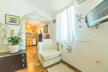 Nedešćina, Obývací pokoj v ubytování typu studio-apartment, dostupna klima, dopusteni kucni ljubimci i WIFI.