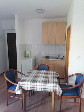 Dugi Rat, Sala da pranzo nell'alloggi del tipo studio-apartment, WiFi.