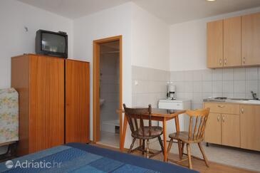 Dugi Rat, Jídelna v ubytování typu studio-apartment, WiFi.
