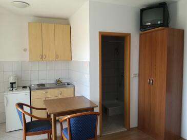 Dugi Rat, Dining room in the studio-apartment, WiFi.