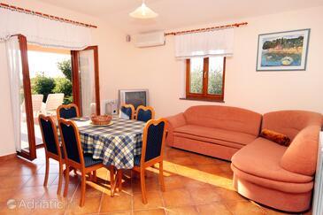 Orihi, Jídelna v ubytování typu house, s klimatizací a WiFi.